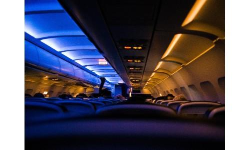 15 sfaturi pentru a vă odihni în avion pe durata zborului
